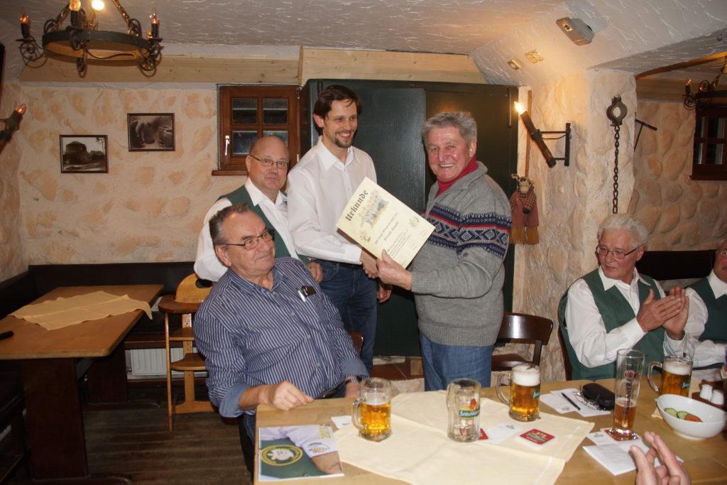 Bernd Haufe (rechts) wird durch den ersten Vorsitzenden Wido Claus (links) und Liedermeister Vitali Aleshkevich (Mitte) für 20 Jahre Vereinszugehörigkeit ausgezeichnet.