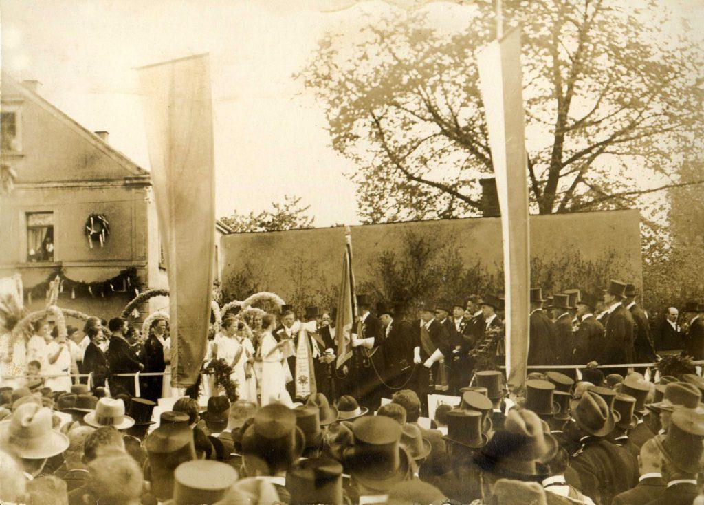 Die Fahnenweihe 1925 war ein riesen Ereignis für Weixdorf. Ein Fest über mehrere Tage. | Quelle: Männergesangverein Lausa/Weixdorf 1885 e.V.