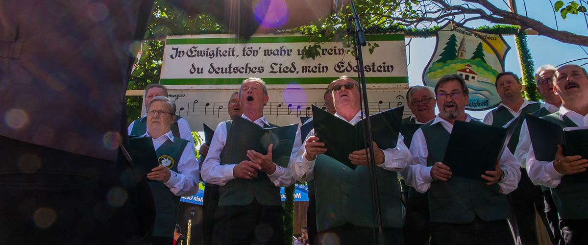 Mit dem Männergesangverein aus Weixdorf und dem Männergesangsverein aus Rothenburg auf einer Bühne. | Bild: Rita Claus