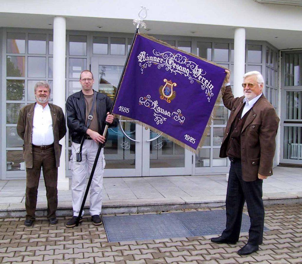 Neue Vereinsfahne. Otto Hermann (links) - Initiator; Thomas Klotsche (mitte) - Fahnenträger; Christian Schäfer (rechts) - maßgeblicher Stifter.